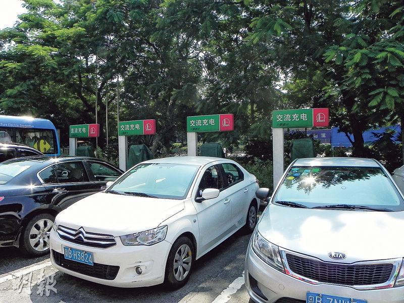深圳寶安西鄉匯新安加油站的9個充電樁,被帆布罩住閒置一旁,周邊長滿荒草,充電停車位亦被其他車輛佔用。(李泉攝)