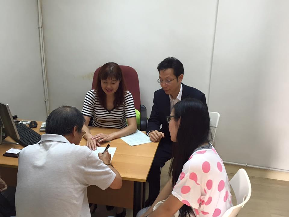 朱慶虹與律師落區為街坊提供義務法律服。(網上圖片)