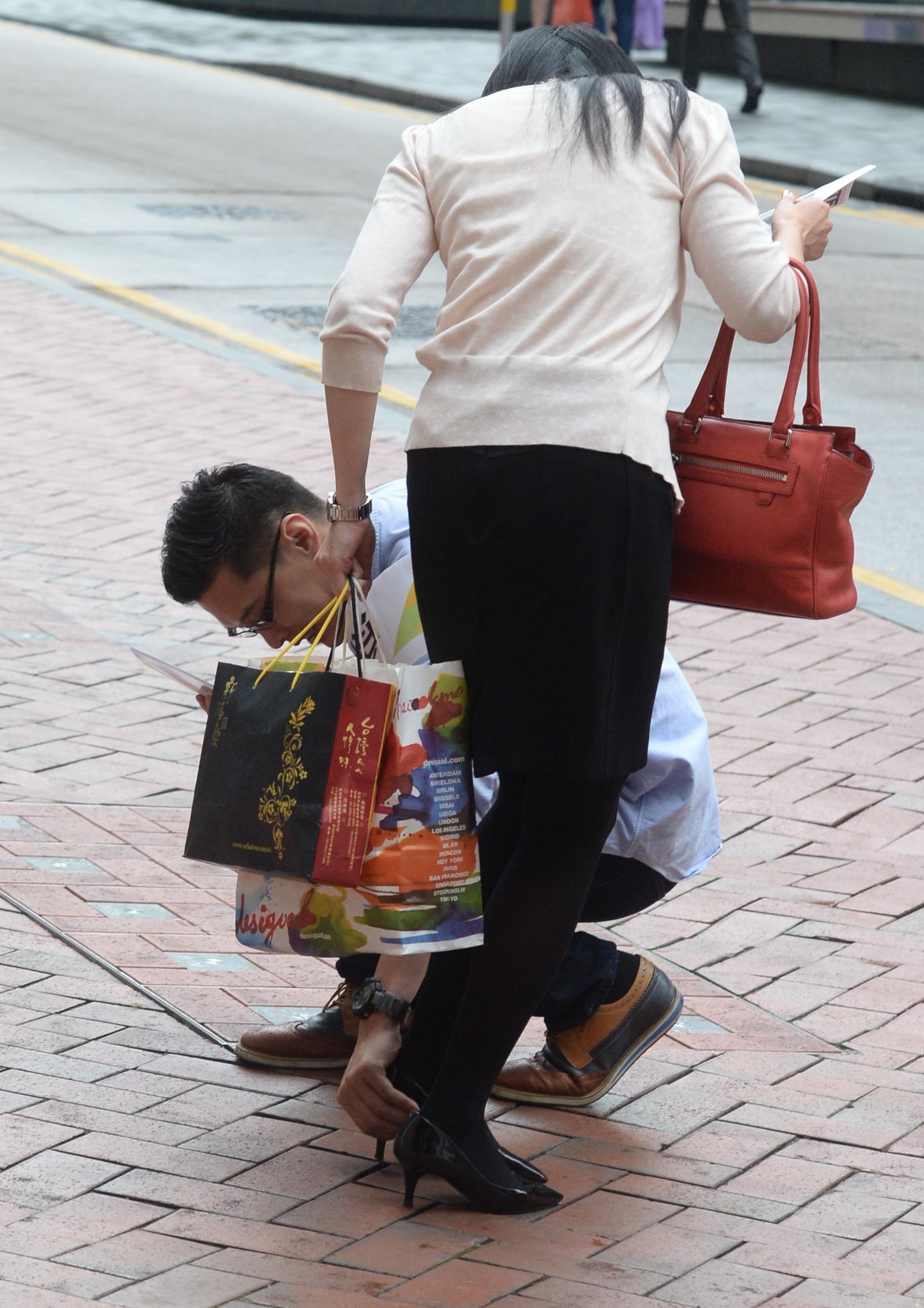 梁柏堅參選,最希望能重建區內互信互助的鄰里精神,因此他擺街站時,見到有女士的鞋踭卡於地磚,立即出手相助。(劉焌陶攝)