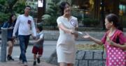 趙哲妤(右二)自參選來每天清晨5時起床,到青衣街站送街坊上班,更自爆參選以來已輕了10磅。(劉焌陶攝)