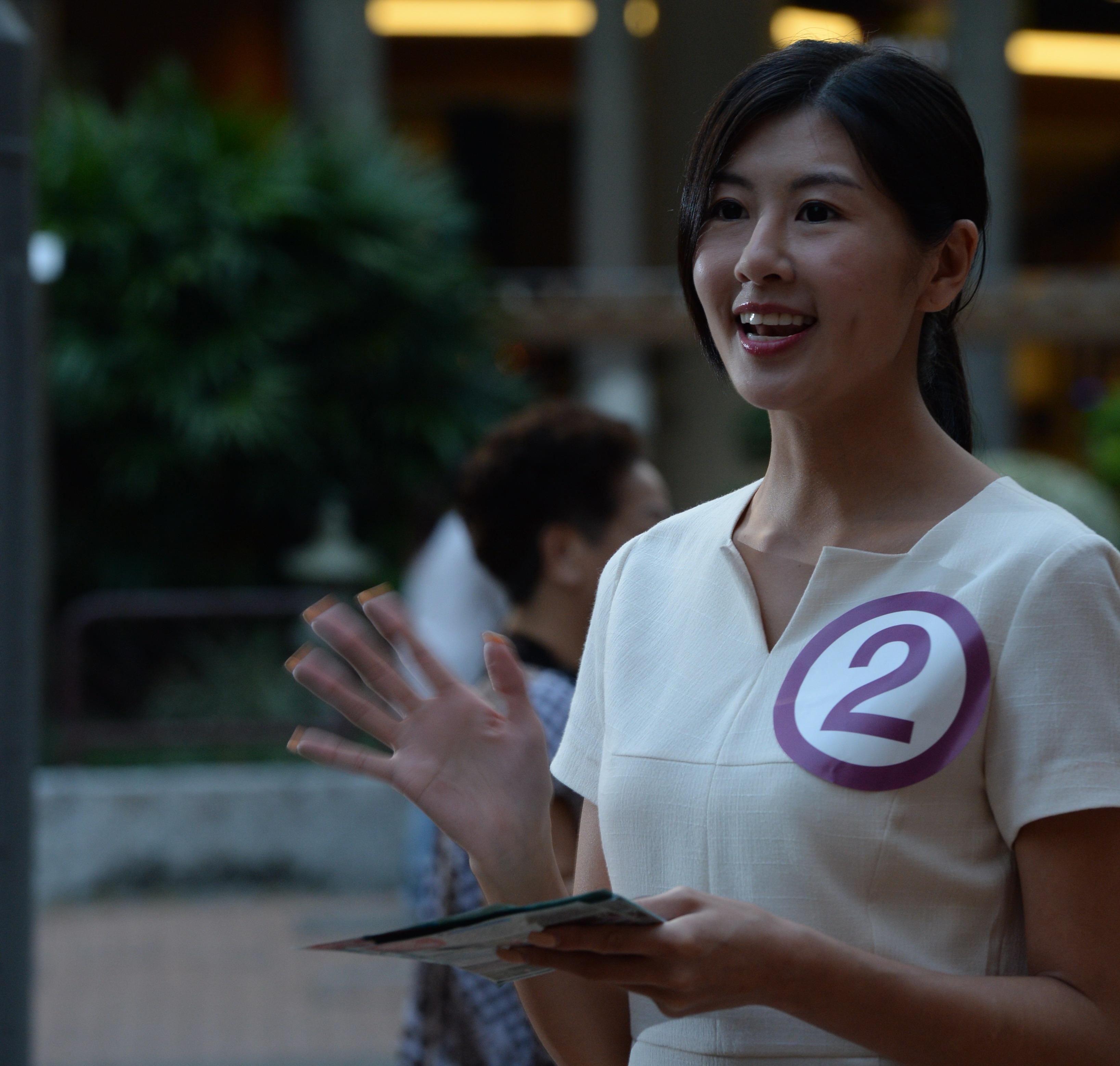 趙哲妤2010年嬴得中國小姐香港區冠軍,當日落區,她一身認真打扮。(劉焌陶攝)