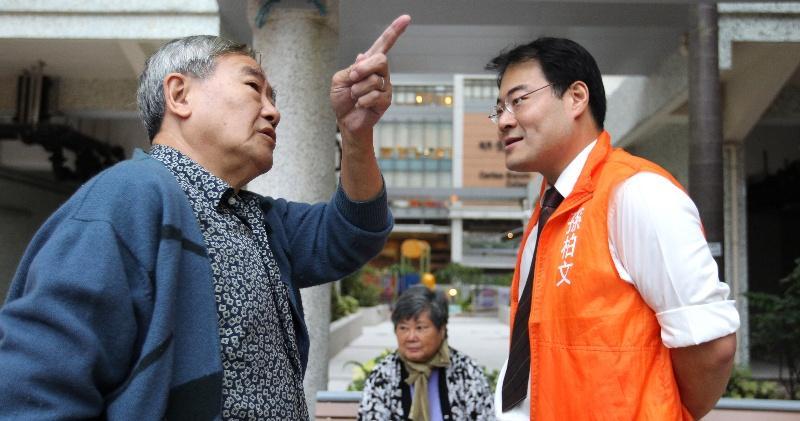 孫柏文(右)數月前搬到選區內的都會駅居住,為的是「體驗」街坊的生活。他為了選舉活動放下了股票,「根本冇時間睇股票,就算有時間都冇心機睇」。(林俊源攝)