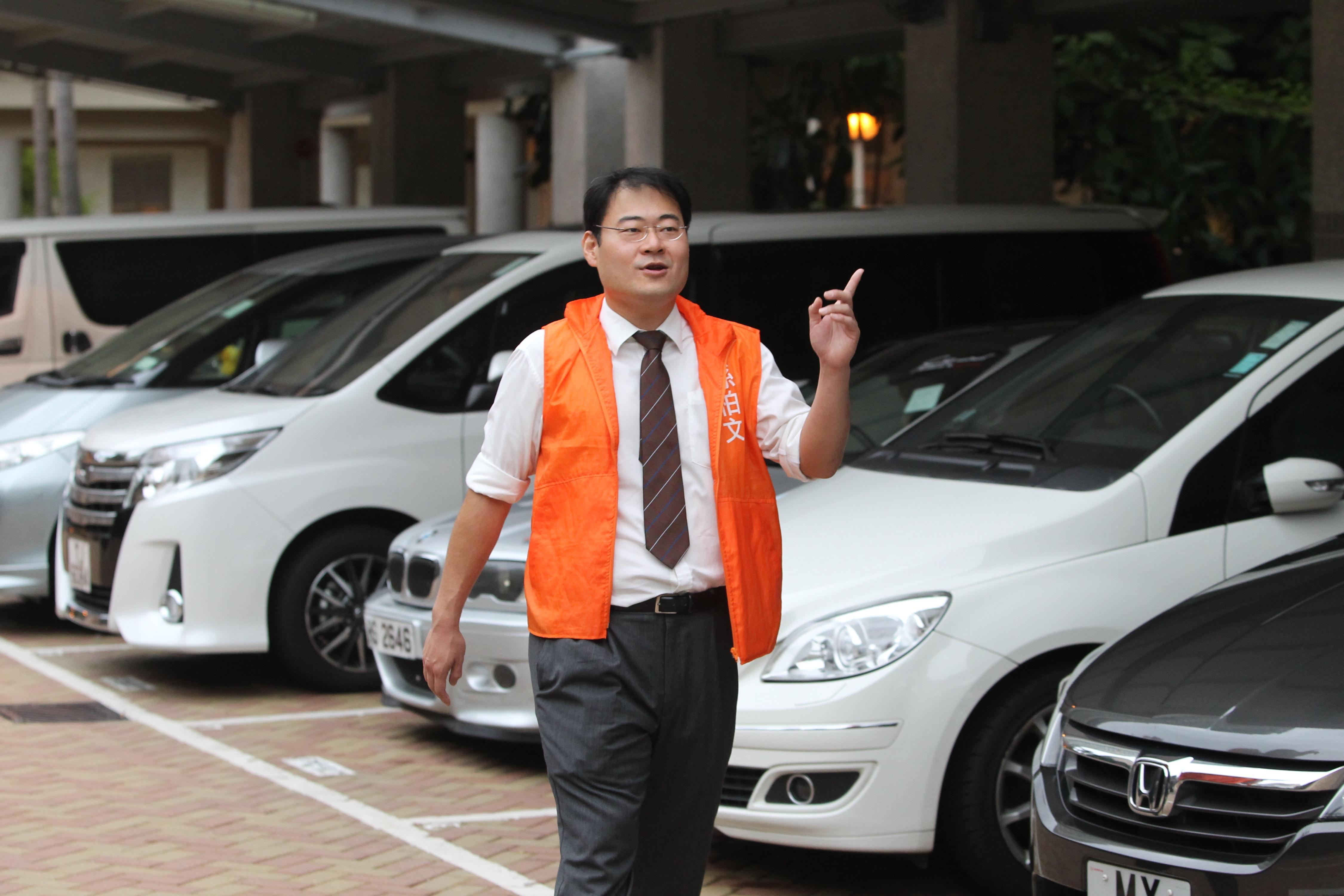 孫柏文關心將軍澳交通問題,提倡隧道繁忙時段私家車收費加倍,以減少將軍澳隧道的汽車流量。(林俊源攝)