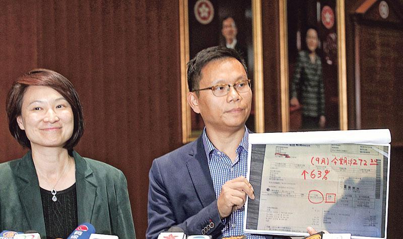 林鄭宣布承建商資助鉛水戶水費 民建聯即印單張宣傳  學者:選前為建制派減壓