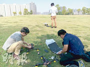 深圳飛豹團隊帶備手提電腦,測試無人機前,進行各種設定。(受訪者提供)