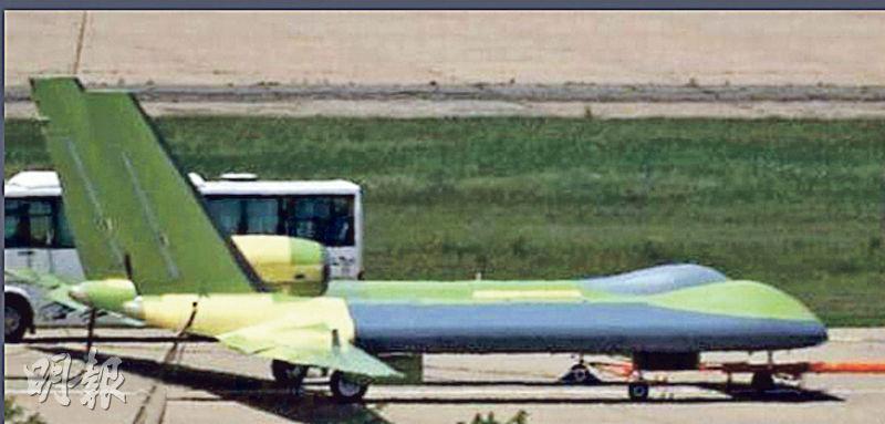 解放軍近年致力開發無人機,過去5年推出17種大大小小的軍用無人機。圖為內地網上軍事論壇流傳的最新款「神雕」無人機,聲稱可偵測隱形戰機,故有「反隱身」無人機之稱。(網上圖片)