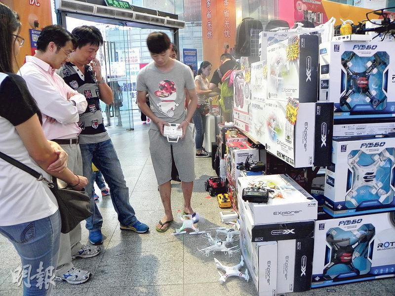 在深圳華強北電子商城出售的玩具無人機,售價僅百多元人民幣。(李泉攝)