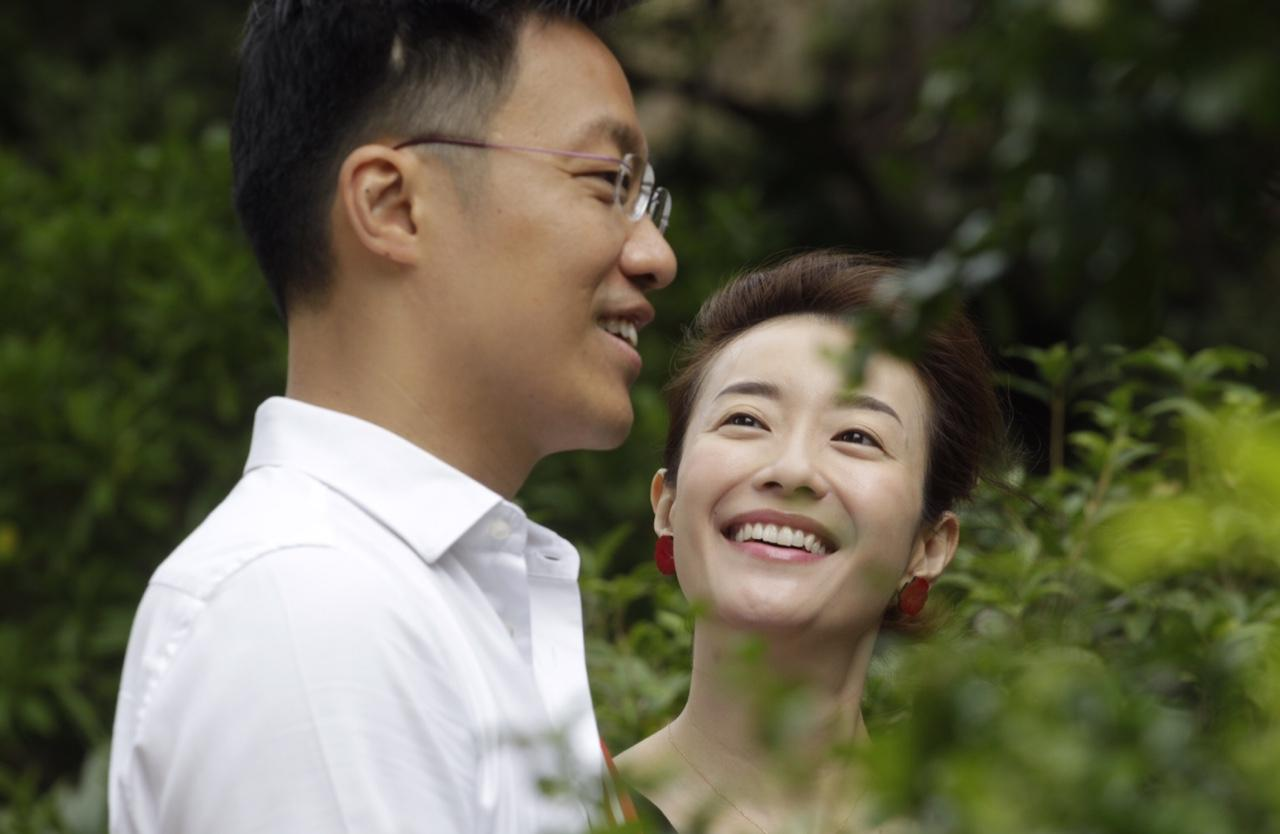 訪問當天是楊哲安夫婦的結婚紀念日,二人笑稱為了選舉無暇慶祝,張新悅指「現階段最緊要係選舉,平時都可以慶祝返」。(郭慶輝攝)