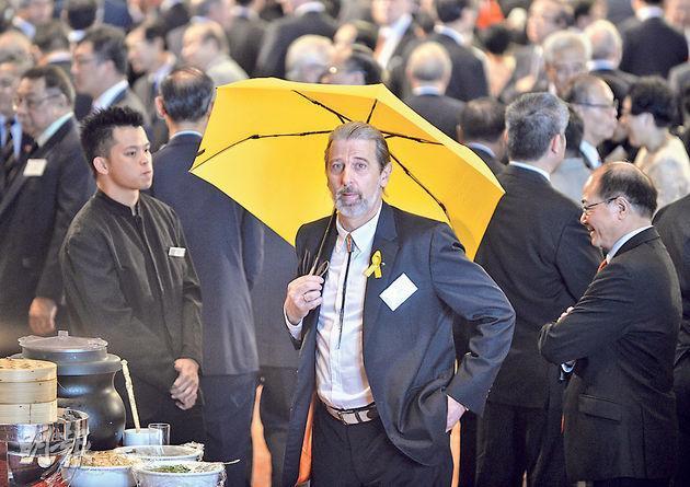 司馬文去年在國慶酒會舉起黃傘,抗議警方出動催淚彈對付學生,他稱當時是以個人身份表達意見,與區議會完全無關。(明報資料圖片〕