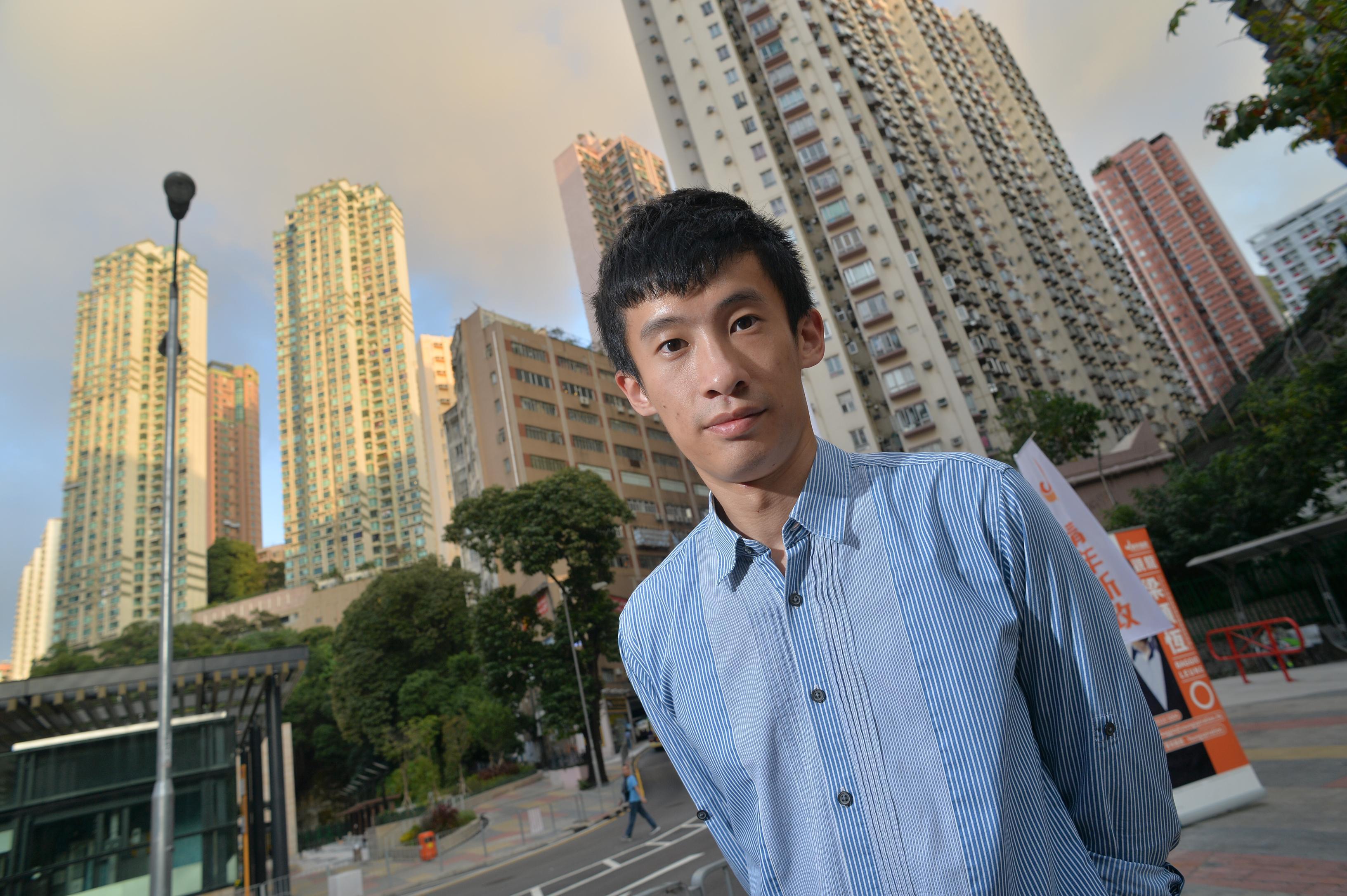 梁頌恆身為傘兵,於大型社會運動後到觀龍區出選,不難令街坊回想2003年空降議員何秀孄勝出後未有落力工作的往事,梁希望過件往1年的地區工作可著街坊安心。(蘇智鑫攝)
