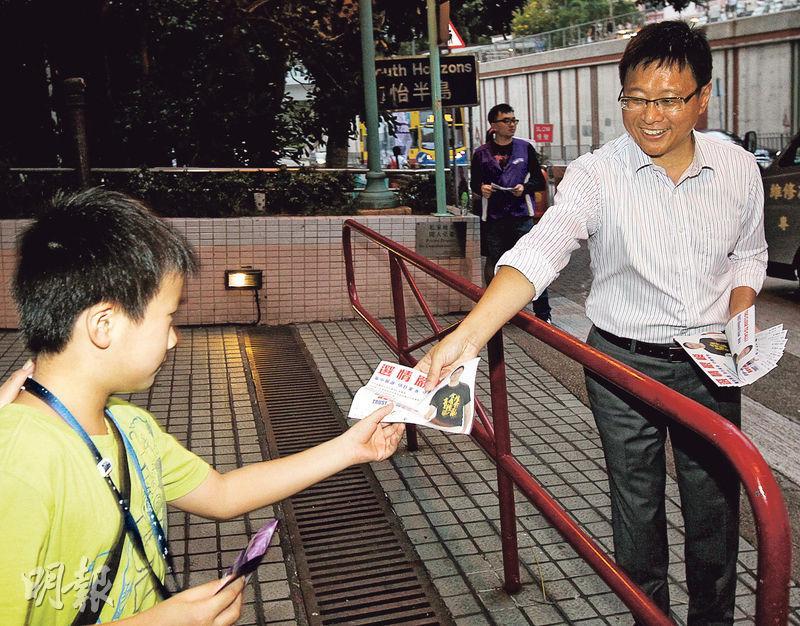 出選南區海怡東的公民黨陳家洛(右)昨已打告急牌,傳單上稱選情嚴峻。陳說,今日選舉日清晨5時開始就會擺街站拉票。(李紹昌攝)
