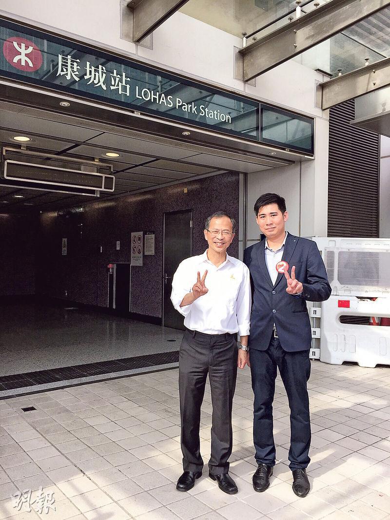 立法會主席曾鈺成(左)昨日到康城站為民建聯環保南區候選人胡綽謙(右)站台,不少街坊上前跟他合照,更向曾主席表示會支持胡綽謙,令胡的信心大增。(受訪者提供)