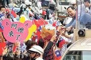 國民黨候選人朱立倫(右上)在選前「掃街」拉票,受「阿嬤」粉絲歡迎。不過兩黨各自做的民調皆顯示朱的支持率均不及蔡英文。(法新社)