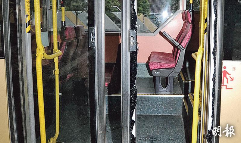 提早離座等落車失平衡 老翁急彎撞爆巴士門 拋出命危