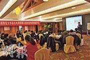 貴州縣領導人去年分批赴浙江杭州接受電子商務培訓,圖為中國社科院信息化研究中心主任汪向東(右一站立者)授課。(楊立贇攝)