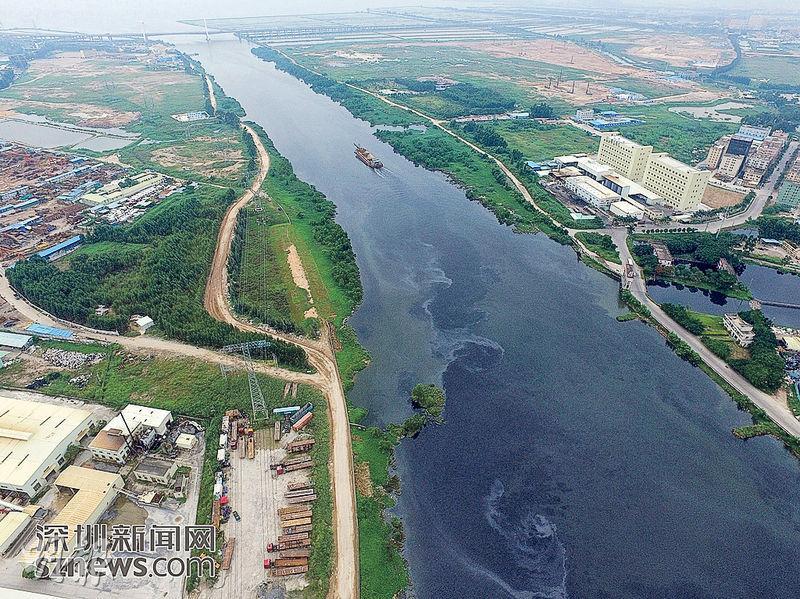 深圳沙井街道和東莞長安鎮交界的一段茅洲河,河面漂浮着一層油光,河水黑如墨水。河岸邊有多個散貨碼頭,主要是建築廢料和回收垃圾等。(網上圖片)