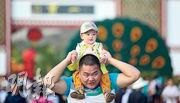 現代父母養育子女的壓力甚大。(新華社)