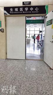 深圳各區目前尚未展開登記生育二孩工作。但經濟基礎相對堅實的60及70後顯然比80和90後更渴望二孩,只是由於年齡問題使得前者不得不去作人工輔助生殖技術。圖為2月18日,一名超齡女子在深圳人民醫院生殖中心接受相關檢查。(鄭海龍攝)