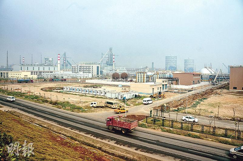 湛江鋼鐵項目去年建成投產。圖為廠區內景。(明報記者攝)