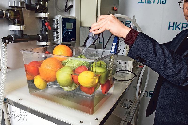 生產力促進局表示,「次氯酸」水溶液殺菌力強,又不會殘留化學物,可以直接用來清洗蔬菜和水果。