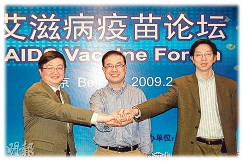 陳志偉(左)表示在十二五規劃時,有兩個項目申請內地資助,其中一個是與清華大學及廣州中科院合作研發的黏膜疫苗。圖中為清華大學愛滋病綜合研究中心張林琦博士,圖右為中國科學院廣州生物醫藥與健康研究院陳凌博士。(香港大學網頁)