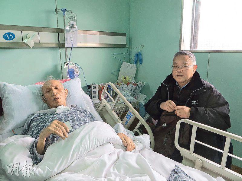 文革風雲人物戚本禹被驗出患有胃癌時已是晚期,隨即入住特護病房。圖為今年3月30日,戚本禹(左)臥牀接受上海作家葉永烈探訪。(網上圖片)