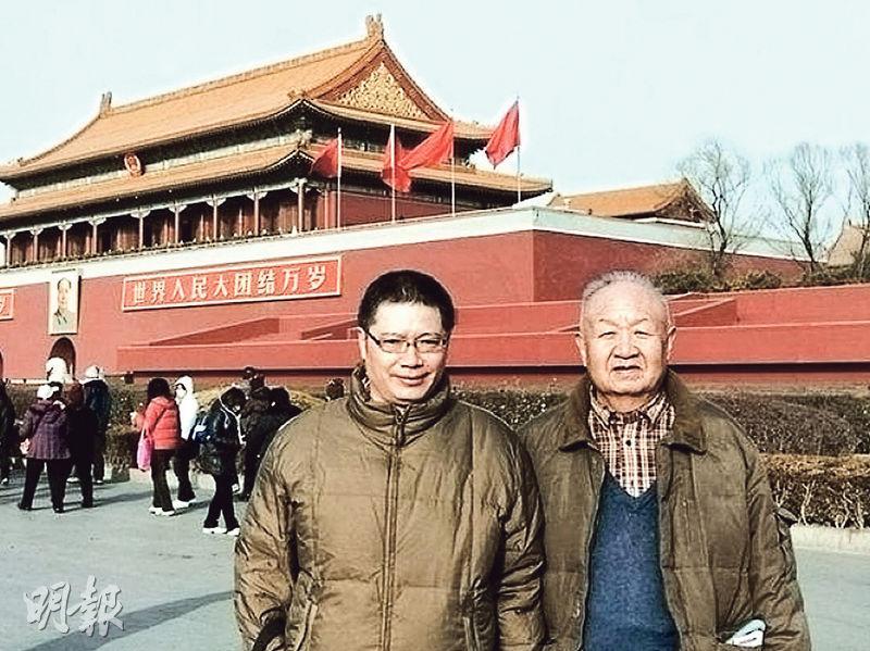 晚年戚本禹(右)重返北京時在天安門前留影。(網上圖片)