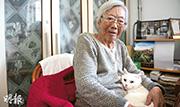 晚年的聶元梓最開心是家中有一隻白貓陪伴,她一叫「貓貓」,白貓就跳到她膝上。(林迎攝)