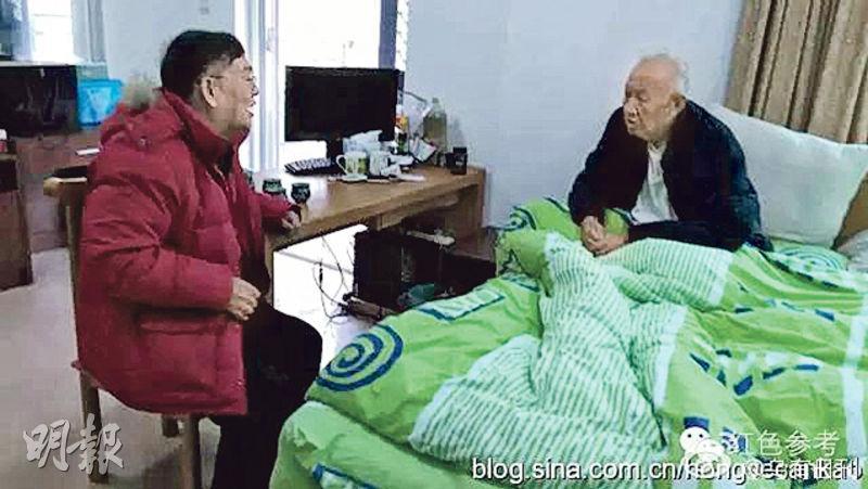 今年2月,戚本禹(右)在深圳最後審定書稿期間,與他生前交往甚密的「造反派」頭目蒯大富(左)到其住所探望。(資料圖片)