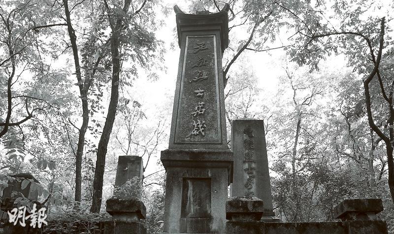 紅衛兵墓園內的墓碑上都刻上了「烈士」字樣,部分墓碑刻有「生的偉大,死的光榮」等毛時代特徵鮮明的口號。(受訪者提供黑白圖片)