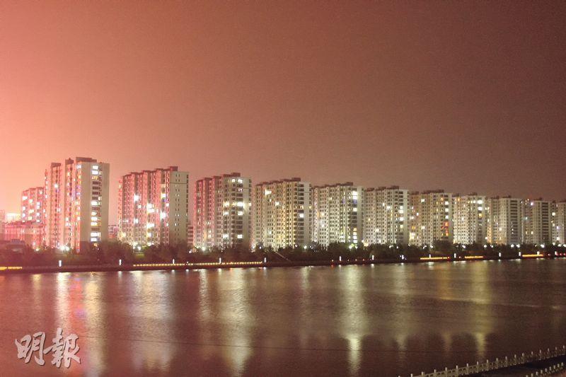 距離北京約200公里的河北承德2008年起在河畔推出一系列樓宇,不過銷情慘淡,至今仍有很多單位賣不出。(鄭海龍攝)
