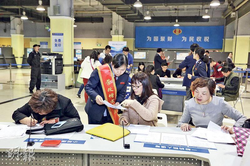 5月1日起全面推行「營改增」後,北京朝陽區國稅局設立臨時服務廳登記稅務。(網上圖片)