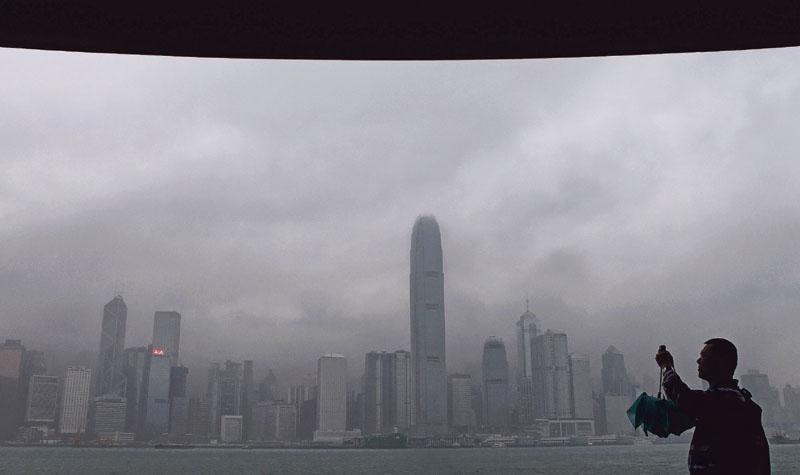 香港經濟專家認為,在中國L形經濟及換屆前不明朗因素下,香港支柱產業前景短期內令人擔憂。圖為霧中維港。(資料圖片)