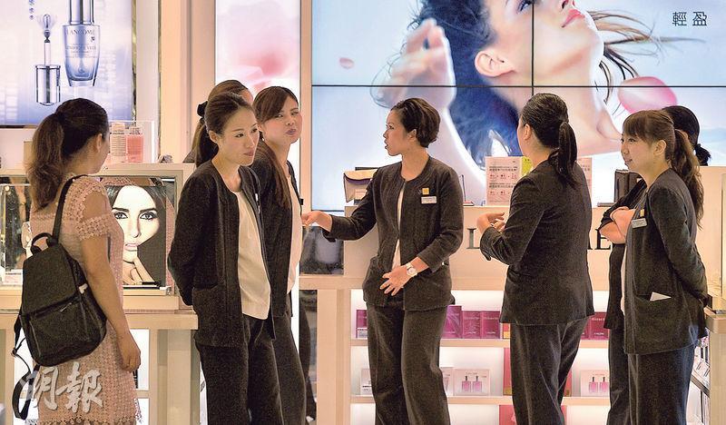 有專家指自由行是香港經濟「毒瘤」,「好似吸毒上癮,要戒掉很困難」。圖為顧客寥寥﹑職員閒談的尖沙嘴免稅店。(資料圖片)