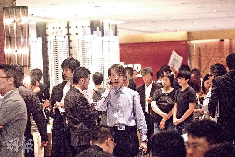 專家指香港仍是內地生意人的「基地」,料豪宅市場不受影響。圖為早前本港一處樓盤開售,吸引不少內地客認購。(資料圖片)