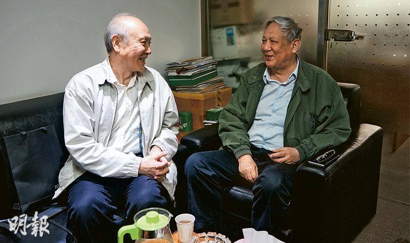 「林彪集團」中黃永勝的長子黃春光(左)和邱會作的長子邱路光(右)談及文革,滔滔不絕。(林迎攝)