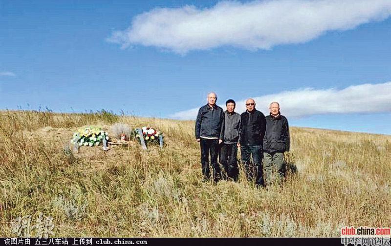 2011年,即「9.13」事件40周年時,「黃吳李邱」後人到蒙古祭奠,圖為黃春光(左起)、吳新潮、李冰天、邱路光當日留影。(網上圖片)