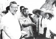 習仲勳(左)在1978年底主持廣東工作,也直接促成了對「李一哲」的平反工作。圖為習仲勳當年在廣東農村調研。(黑白資料圖片)