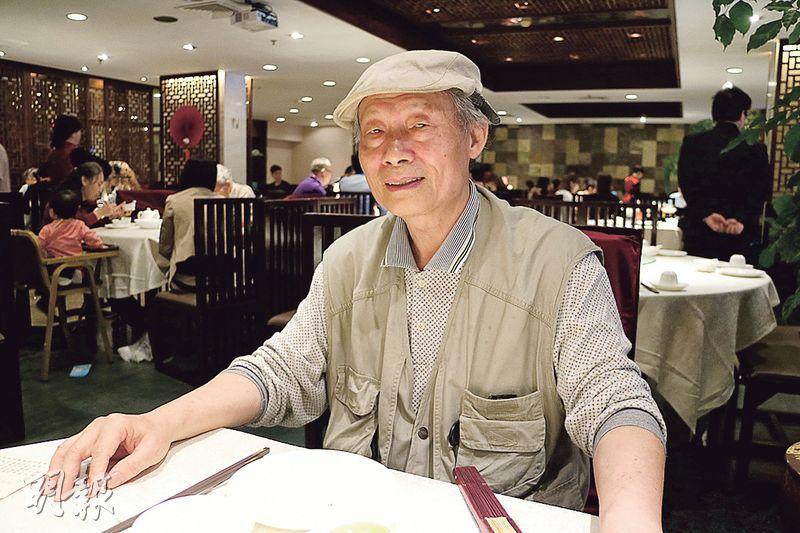69歲的陳一陽,精神矍鑠,總喜歡持一把摺扇;他對香港的問題也極有興趣,在審議政改和佔中的時期還寫了不少相關的文章。(劉利攝)