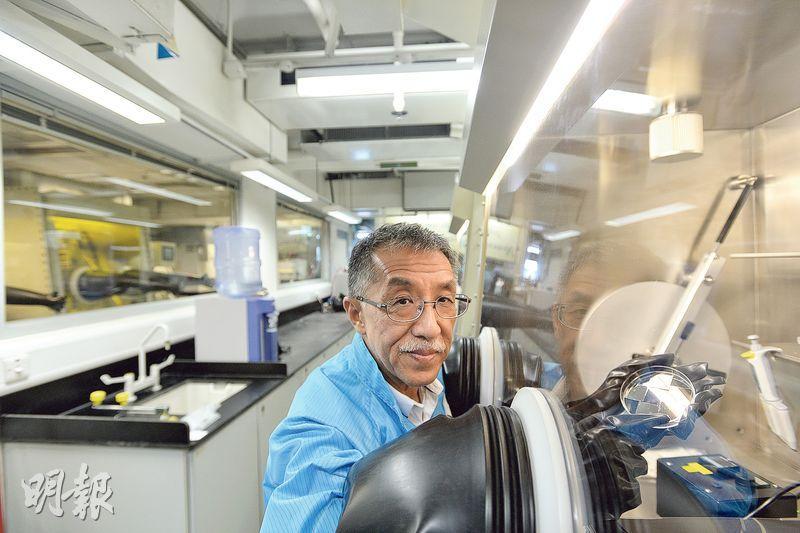 年逾60的謝國偉在實驗室奮鬥多年,他笑言研發「鐵甲玻璃」時試過弄壞器材,但最難是如何令研發「落地」。(鄧宗弘攝)