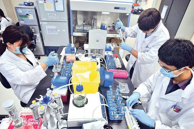 傳統組織活檢具創傷性,製成切片亦分析需時,液體活檢因利用抽血等方法而無創傷性,抽血後再透過ddPCR技術,可短時間分析晶片上的DNA檢測結果。(馮凱鍵攝)