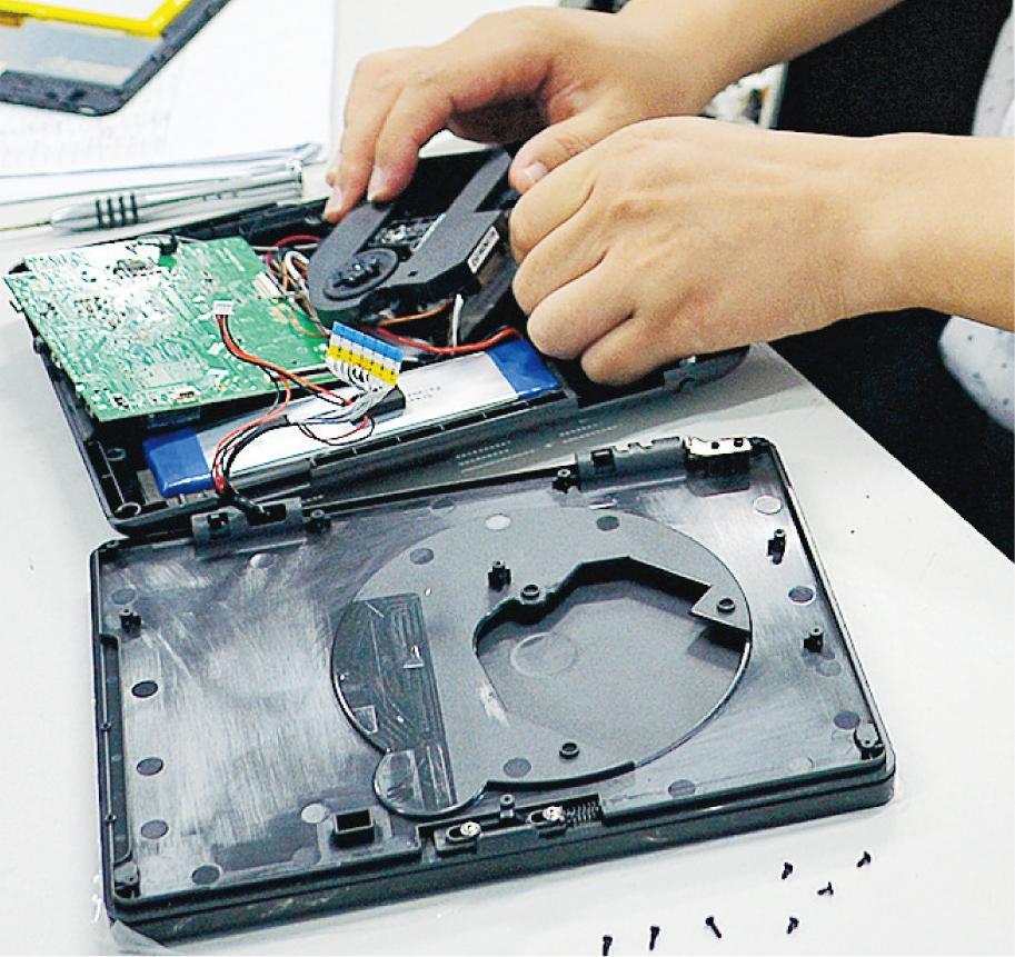 2012年,陽華集團由主打DVD機等傳統電子產品,轉型生產平板電腦等智能產品,但第一代生產的平板電腦因速度慢等因素滯銷,其後改良技術才漸上軌道。去年更將新舊產品特色二合為一,推出結合DVD硬盤的平板電腦,主打歐洲市場,並獲得首項專利。 (蘇智鑫攝)