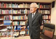 終院前首席法官李國能接受本報專訪,憶述1968年以《遠東經濟評論》實習記者身分,到赤柱監獄訪問曾德成等年輕左派囚犯的經歷。(李紹昌攝)