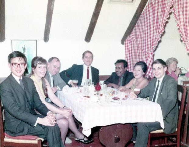 李國能(左一)1967年與《遠東經濟評論》總編輯Derek Davies(左三)等合照。(李國能提供 )