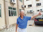 退休督察左墀(Gilberto Jorge),1967年7月目擊同袍在沙頭角槍戰中殉職。圖為左墀攝於沙頭角鄉事委員會外。槍戰期間,兩名警察中槍後倒臥沙頭角鄉事委員會對開馬路上。(張家偉攝)