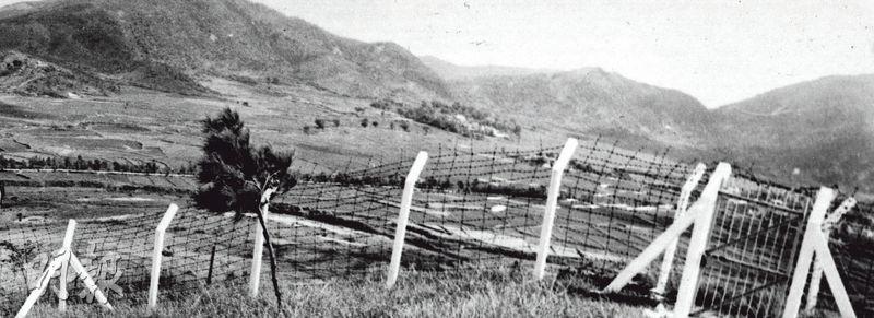 沙頭角禁區位於中港邊界,鐵絲網另一邊就是內地;此地在六七暴動期間曾發生武裝衝突,兩方各有死傷,英警事後要找啹喀兵及英軍巡邏。(時任政府新聞處高級新聞主任Peter Moss提供)
