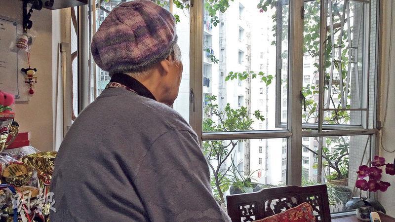六七時在紅磡勞工子弟學校任教、因抗議而入獄的謝老師(圖),反思當年左派有些地方過火,認為當時還未到要放炸彈和殺害林彬的地步。(鄧力行攝)