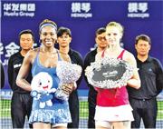 珠海WTA精英賽自2015年起首次在橫琴舉辦,圖為美國選手大威廉絲(左)當年擊敗捷克選手比莉絲高娃(右)奪冠。(新華社)