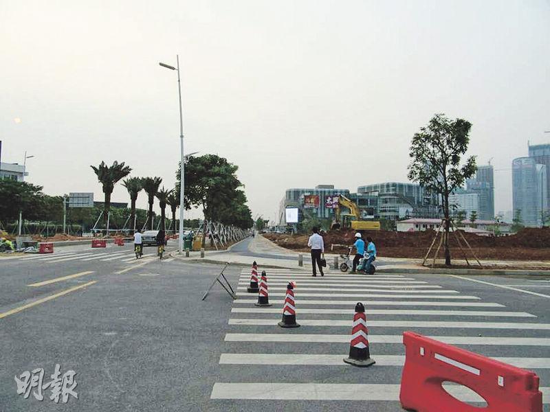 前海目前仍在加緊建設,大街上人流稀少。(明報記者攝)