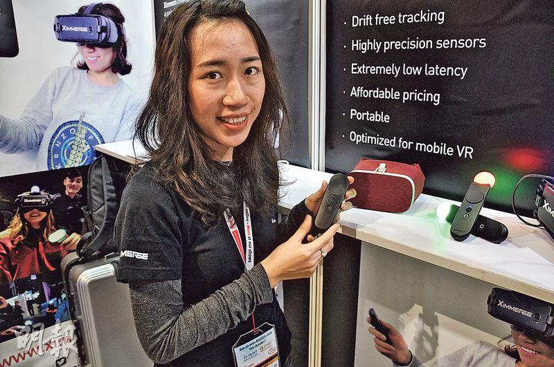 廣東虛擬現實科技有限公司品牌總監劉宇毅表示,政府對公司提供的支持十分重要,因此公司選擇在深圳設立研發中心。目前該公司生產的移動VR輸入設備,是一款控制手柄,可以支持20多個遊戲的操作。(明報記者攝)